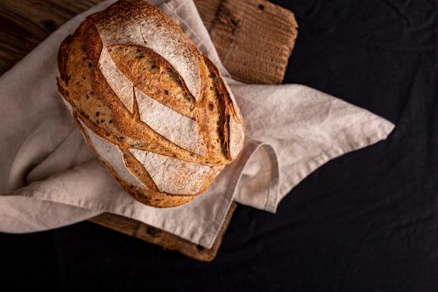 Płaski chleb z układaniem nasion