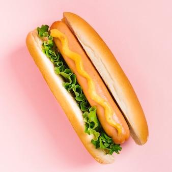 Płaski hotdog z musztardą i sałatką
