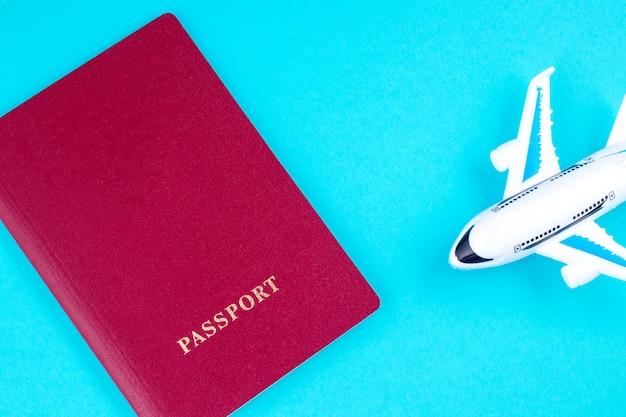 Płaski i czerwony paszport na niebiesko. pojęcie podróży