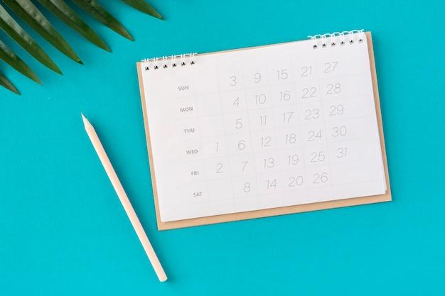 Płaski kalendarz planner i liście