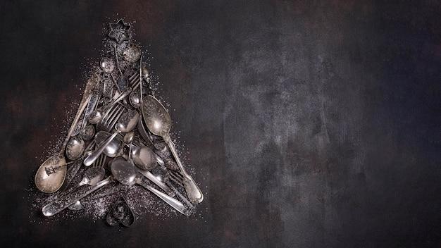 Płaski kształt choinki wykonany z przyborów kuchennych