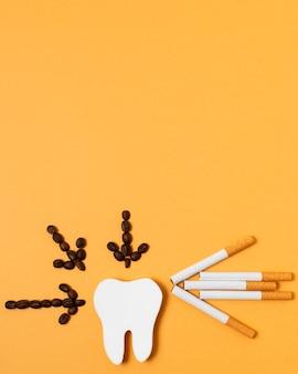 Płaski kształt zęba z ziarnami kawy