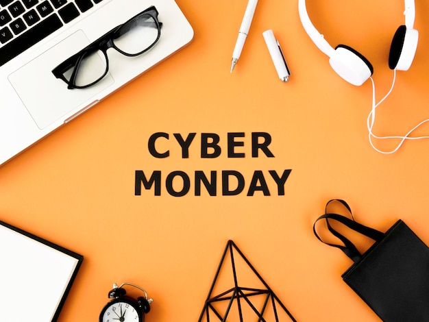 Płaski laptop z torbą na zakupy i słuchawkami na cyber poniedziałek
