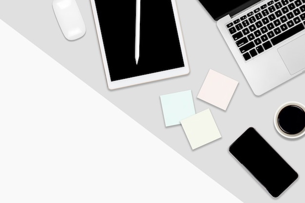 Płaski lay office table z laptopem, cyfrowym tabletem, telefonem komórkowym i akcesoriami.