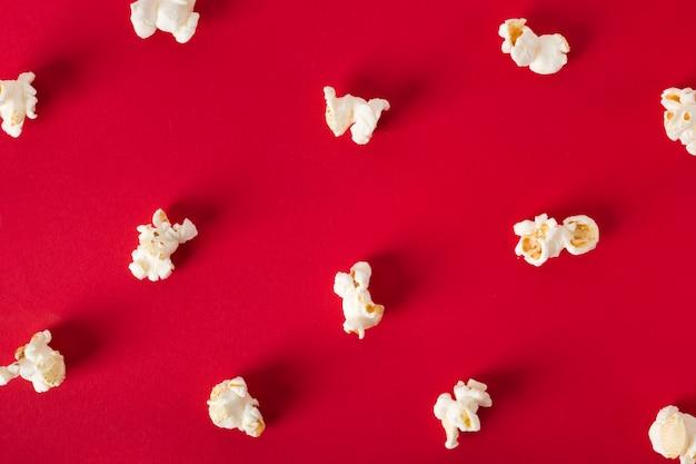 Płaski leżał popcorn na czerwonym tle