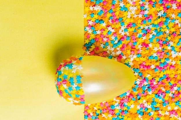 Płaski leżał żółty balon z małymi gwiazdkami