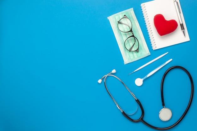 Płaski nieatutowy powietrzny wizerunek narzędzia medyczni & opieki zdrowotnej tła pojęcie.