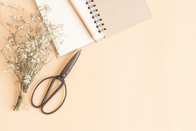 Płaski obraz świeckich pracy z pustym notebooka, żółty papier notatnik z ołówkiem