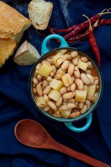 Płaski posiłek z fasolą, ziemniakami i chlebem