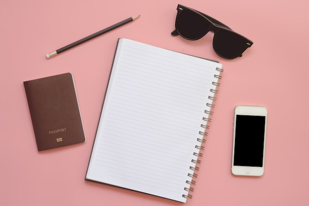 Płaski projekt biurka workspace z pustego notatnika ołówkowe okulary i telefon komórkowy na vintage pastelowy kolor tła.