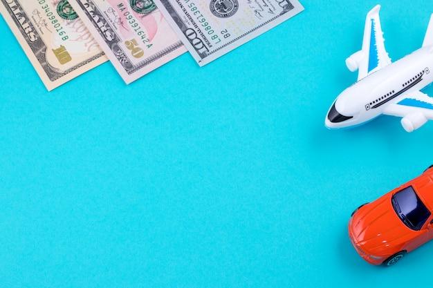 Płaski samochód i pieniądze na błękicie. pojęcie podróży