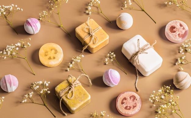 Płaski skład z produktami kosmetycznymi na kolorowym tle. miejsce na tekst
