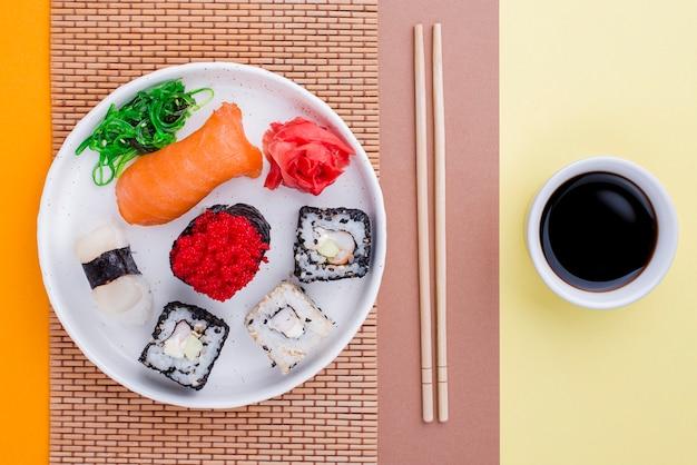 Płaski sos sojowy i sushi