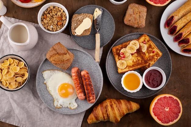 Płaski stół z pyszną kompozycją jedzenia