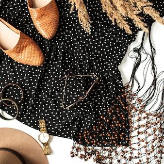 Płaski świecki kolaż mody z nowoczesnymi ubraniami dla kobiet, akcesoriami, trzcinami. spodnie, buty, sukienka w kropki, zegarek, czapka, kolczyki, okulary