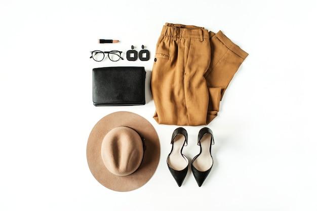 Płaski świecki kolaż mody z nowoczesnymi ubraniami i akcesoriami dla kobiet na białym tle. spodnie, szpilki, torebka, okulary, czapka, kolczyki. koncepcja stylu życia dla bloga, mediów społecznościowych, magazynu