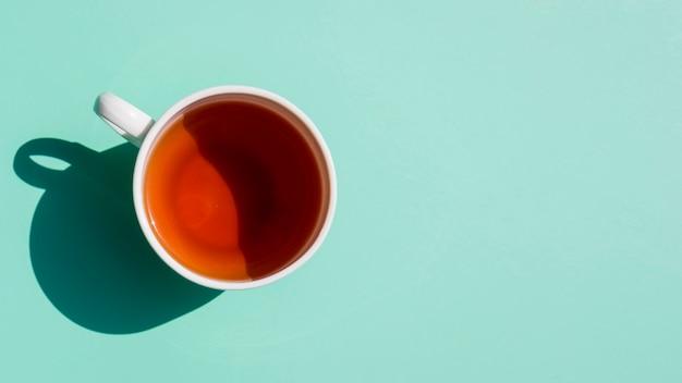 Płaski świecki kubek herbaty martwa natura