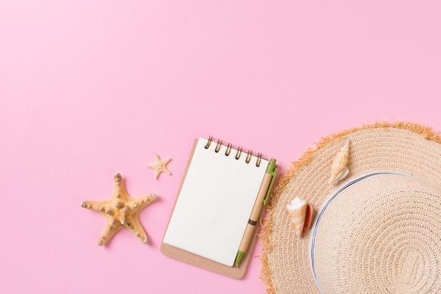 Płaski świecki pusty notatnik z muszlą. tło wakacje letnie, widok z góry.