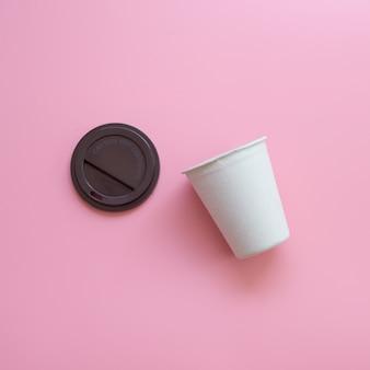 Płaski świecki wzór open hot coffee cup na różowym pastelowym kolorze.