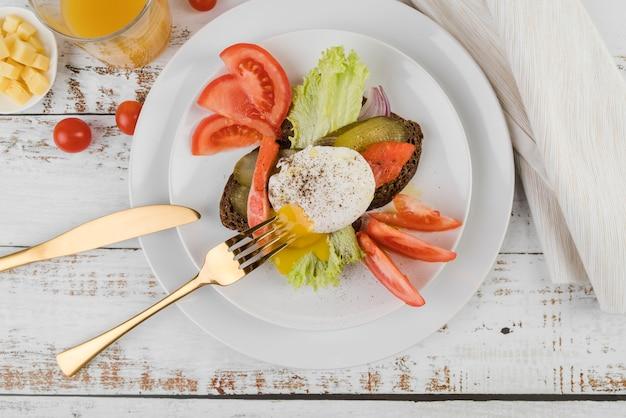 Płaski talerz z pysznym śniadaniem