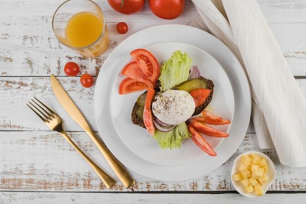 Płaski talerz ze śniadaniem