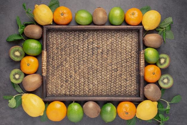 Płaski układ asortymentu owoców ramki z tacą