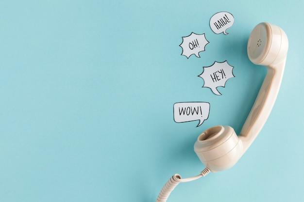 Płaski układ bąbelków czatu ze słuchawką telefonu i miejsca na kopię
