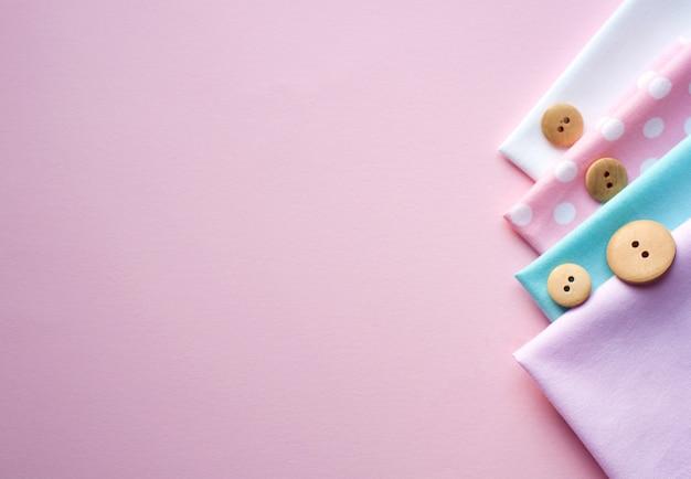 Płaski układ bawełnianej tkaniny i drewniane guziki