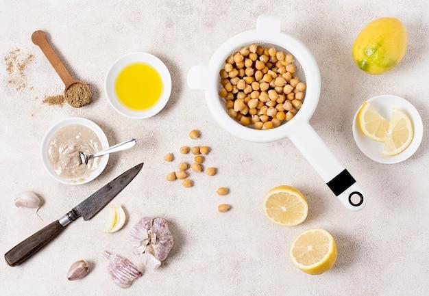 Płaski układ ciecierzycy z cytryną i czosnkiem