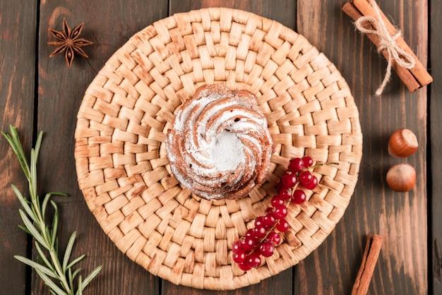 Płaski układ deseru z czerwonymi porzeczkami i cynamonem