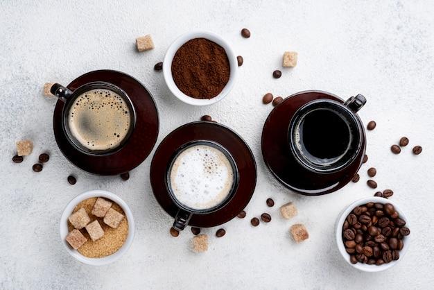 Płaski układ filiżanek kawy na stole