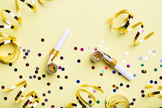 Płaski układ gwizdków i konfetti
