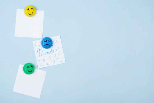 Płaski układ karteczek samoprzylepnych ze smutną buźką na niebieski poniedziałek i buźki