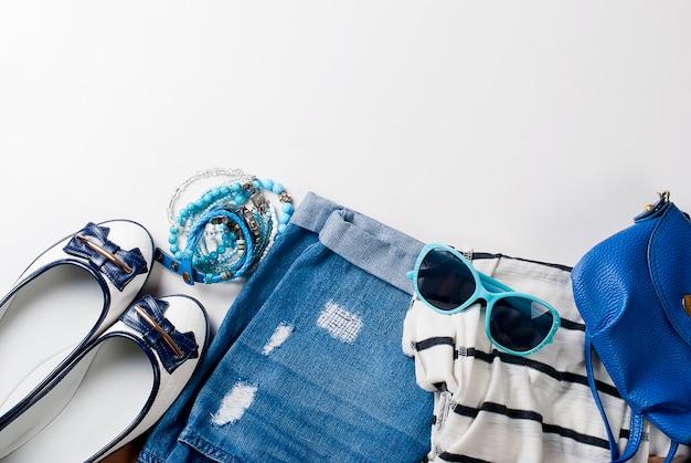 Płaski układ kobiecej odzieży w stylu morskim