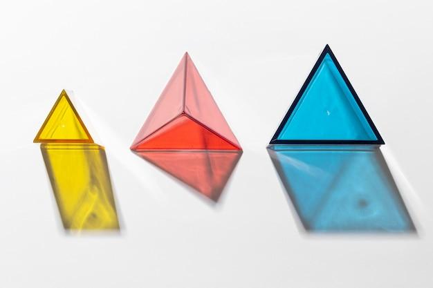 Płaski układ kolorowych półprzezroczystych kształtów