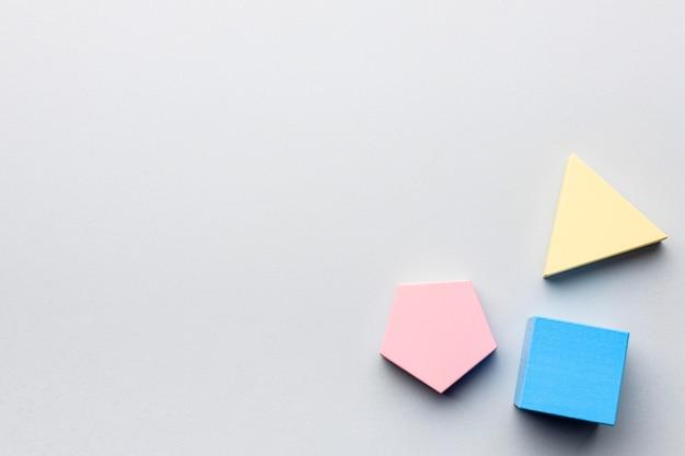 Płaski układ minimalistycznych figur geometrycznych z miejscem na kopię