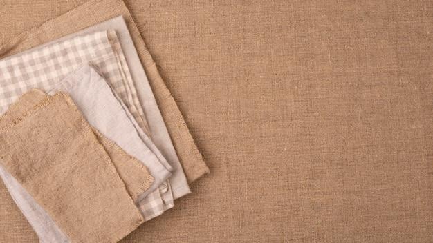 Płaski układ monochromatycznego wyboru tekstyliów z miejscem na kopię