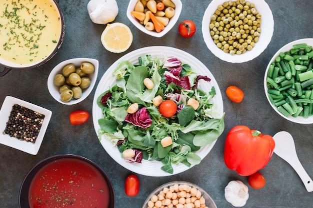Płaski układ naczyń z sałatką i pomidorami koktajlowymi
