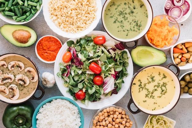 Płaski układ naczyń z sałatką i zupami