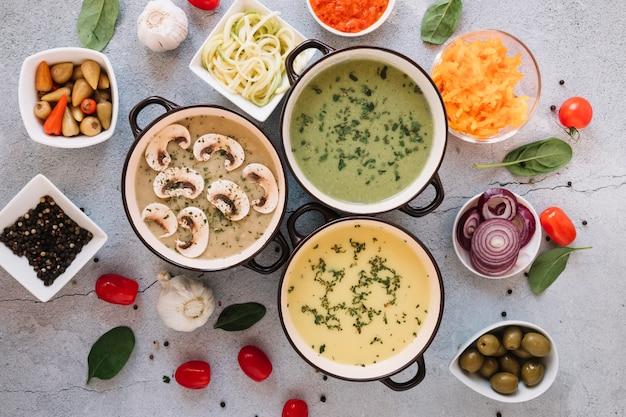 Płaski układ naczyń z zupami i czosnkiem