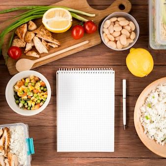 Płaski układ notatnika z ryżem i fasolą