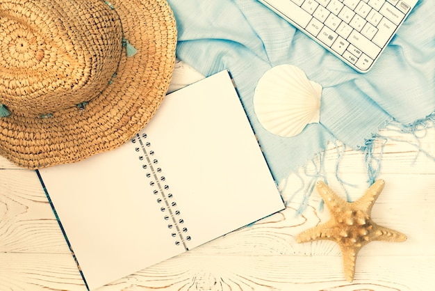 Płaski układ notebooka i muszli na letnie wakacje