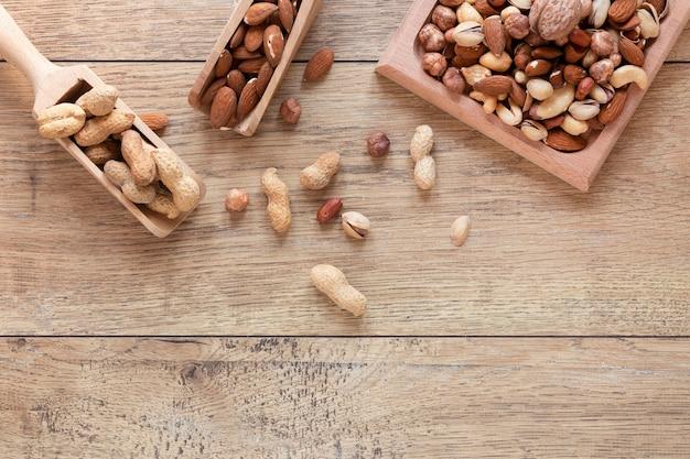Płaski układ orzechów na drewnianym stole