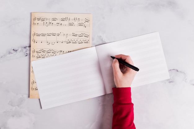 Płaski układ otwartej książki na notatki muzyczne