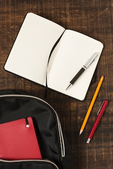 Płaski układ plecaka z akcesoriami piśmiennymi