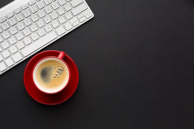 Płaski układ pulpitu z filiżanką kawy i klawiaturą