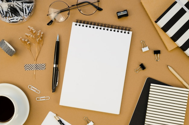 Płaski układ pulpitu z notatnikiem i okularami