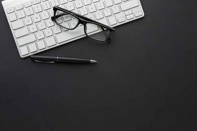 Płaski układ pulpitu z okularami i klawiaturą