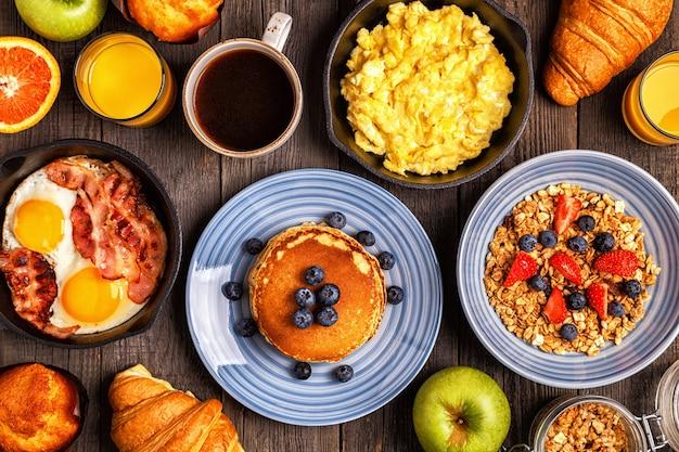 Płaski układ pysznego śniadania z kawą