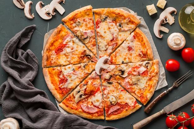 Płaski układ pysznej pizzy z grzybami